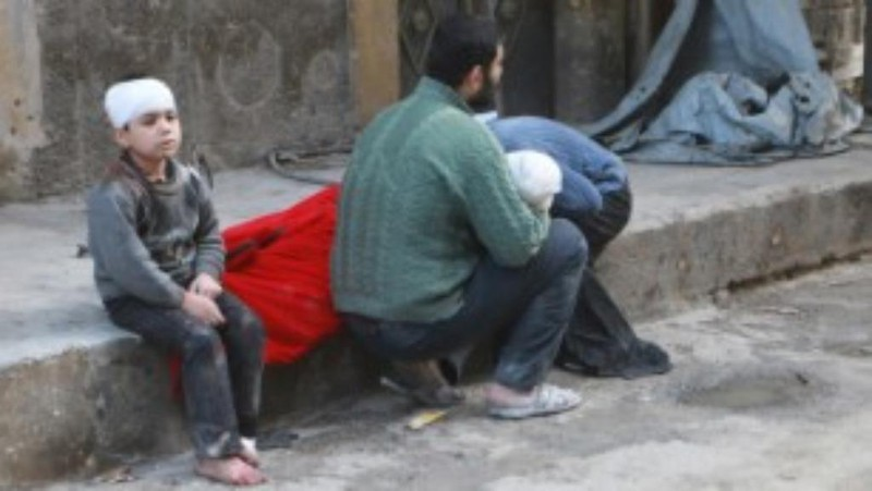 Một gia đình ở Aleppo, trẻ chết trẻ bị thương vì không kích ngày 16-11.