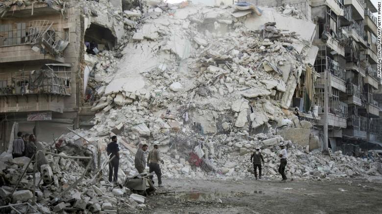 Nhân viên cứu hộ White Helmets trước đống đổ nát do không kích ở Aleppo ngày 17-11.
