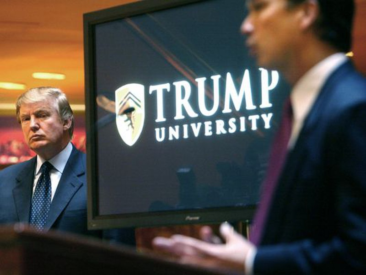 Ông Trump (trái) tại buổi họp báo công bố thành lập đại học Trump ở New York (Mỹ) năm 2005.
