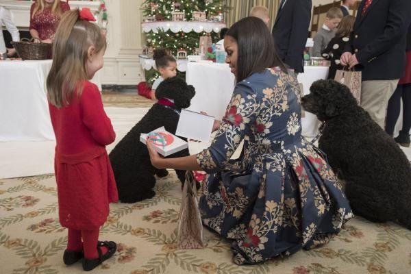 Đệ nhất phu nhân Michelle Obama hướng dẫn con các quân nhân trang hoàng Nhà Trắng đón Giáng sinh và Năm mới.
