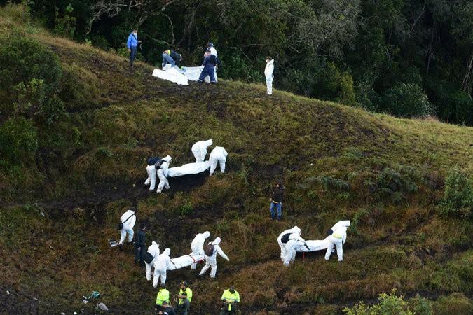 Di chuyển thi thể nạn nhân từ hiện trường máy bay rơi.