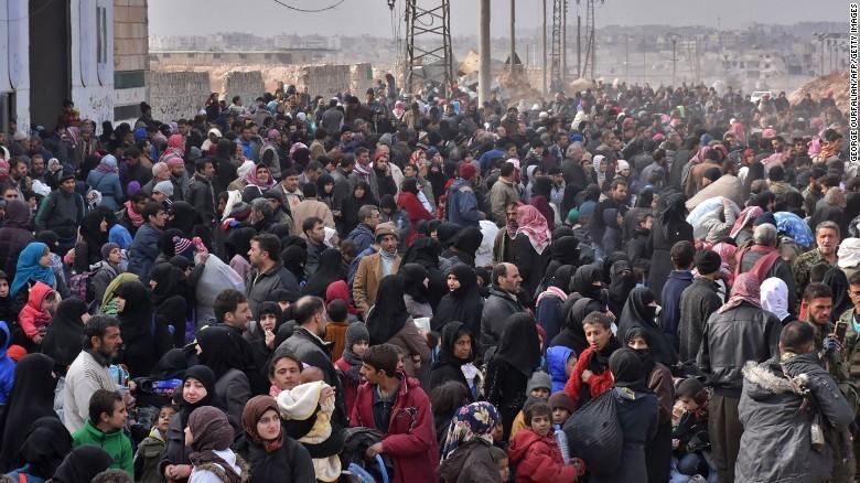 Người dân Syria chờ lên xe buýt sơ tán khỏi đông Aleppo ngày 29-11.