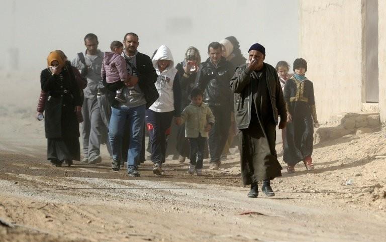Dân thường sơ tán khỏi Mosul ngày 28-11.