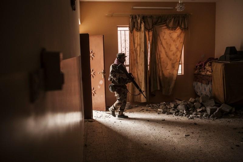 Lính Iraq soát tìm IS trong một ngôi nhà ở làng Al-Qasr, cách Mosul 7km, ngày 30-11.