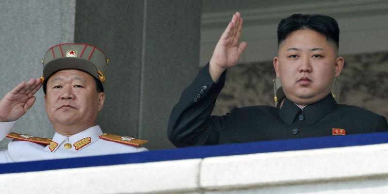 Chủ nhiệm Tổng cục Chính trị Quân đội Triều Tiên Hwang Pyong So (trái) bị cấm giao dịch tài chính với Hàn Quốc.