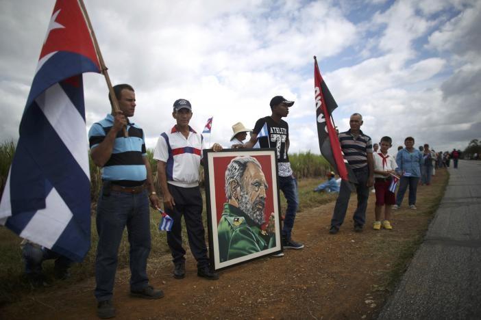 Người dân TP Florida (Cuba) chờ đón di cốt Chủ tịch Fidel Castro ngày 1-12.