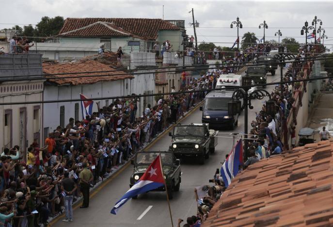 Người dân TP Ciego de Avila (Cuba) tiễn đưa Chủ tịch Fidel Castro ngày 1-12.
