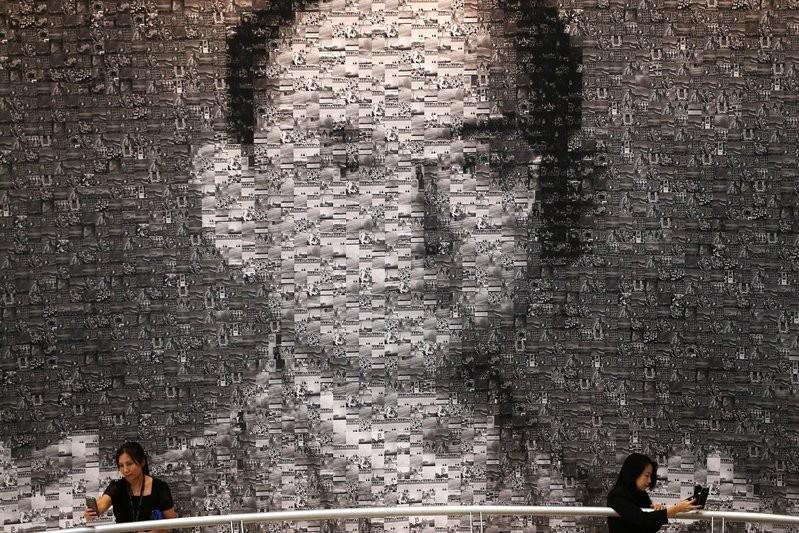 Người dân Thái Lan chụp hình bên cạnh hình ảnh cố Quốc vương Bhumibol Adulyadej