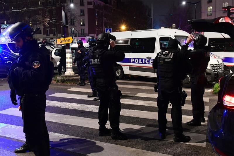 Cảnh sát tại hiện trường bắt cóc con tin ở Paris tối 2-12.