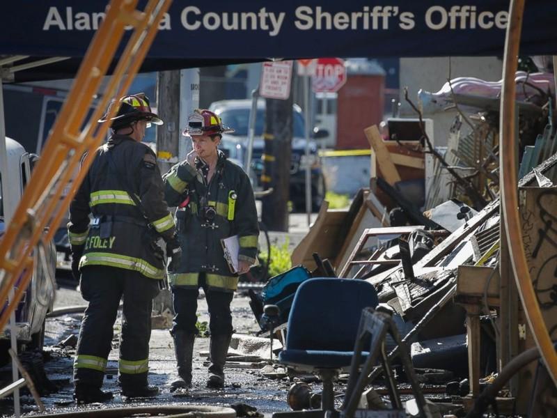 Nhân viên cứu hộ làm việc tại tòa nhà hai tầng Oakland Ghost Ship ở Oakland (California) ngày 4-12. Ảnh: CNN