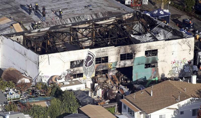 Tòa nhà Oakland Ghost Ship sau vụ cháy khủng khiếp khuya 2-12.