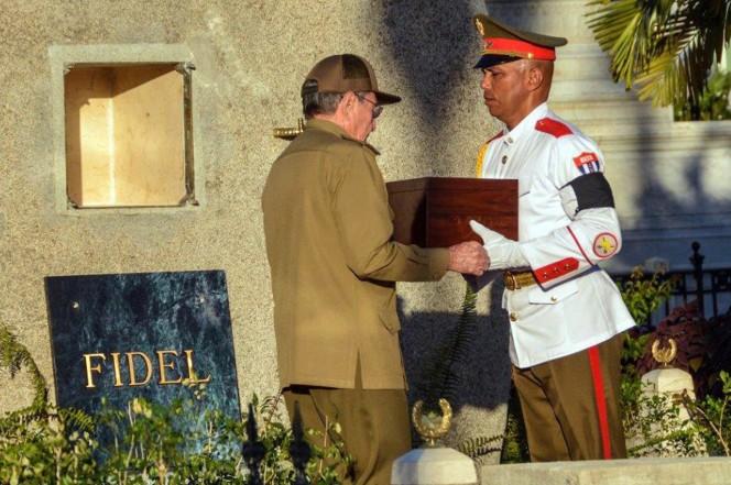 Chủ tịch Raul Castro nhận di cốt anh trai từ vệ binh danh dự chuẩn bị an táng.