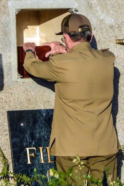 Chủ tịch Raul Castro đặt di cốt anh trai vào phần mộ.