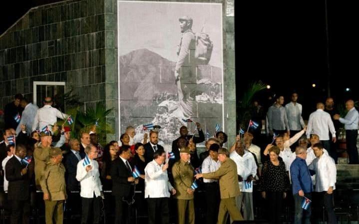 Chủ tịch Raul (mặc quân phục, đầu tiên bên phải) đón chào khách quốc tế trong buổi tiễn đưa Chủ tịch Fidel tại Santiago de Cuba tối 3-12. Ảnh: AP