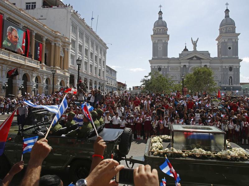 Di cốt Chủ tịch Fidel đi ngang qua công viên Cesdepes ở TP Santiago de Cuba ngày 4-12.