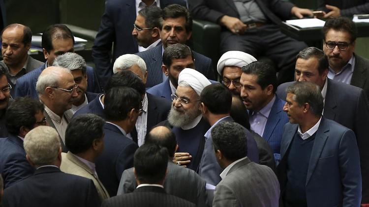 Tổng thống Hassan Rouhani (giữa) với các nghị sĩ sau bài phát biểu trước Quốc hội ngày 4-12.