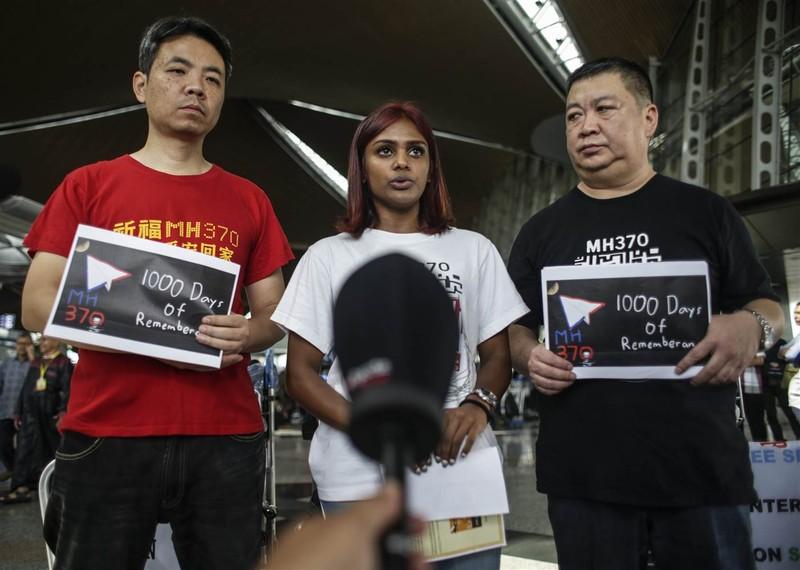 Người thân nạn nhân MH370 – cô Grace Nathan ở giữa – tại sân bay quốc tế Kuala Lumpur trước khi bay đến Madagascar ngày 4-12.