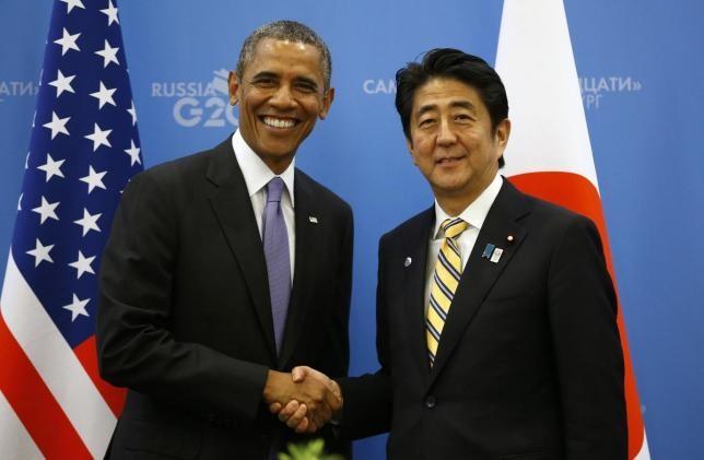Thủ tướng Nhật Shinzo Abe (phải) sẽ trở thành thủ tướng đương nhiệm đầu tiên thăm Trân Châu Cảng. Cùng đi với ông là Tổng thống Mỹ Obama. Ảnh: GETTY IMAGES