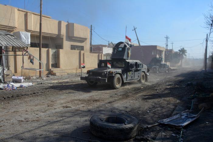 Xe quân sự Iraq trong một trận chiến với IS ở Mosul (Iraq) ngày 4-12. Ảnh: REUTERS