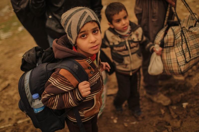Trẻ em Mosul theo gia đình sơ tán. Đã có hơn 70.000 dân sơ tán khỏi Mosul trong 7 tuần qua. Ảnh: VICE