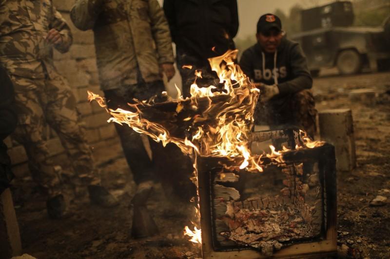 Lính Iraq đốt lửa sưởi ấm ở làng Gogjali ở Mosul (Iraq).