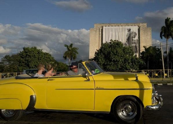 Du khách dạo đường phố Havana trên chiếc xe cổ Oldsmobile sản xuất từ thập niên 1950.