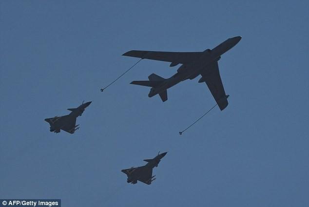 Máy bay ném bom hạt nhân H-6 (giữa) cùng hai máy bay chiến đấu Trung Quốc trong một lần bay hồi tháng 9.