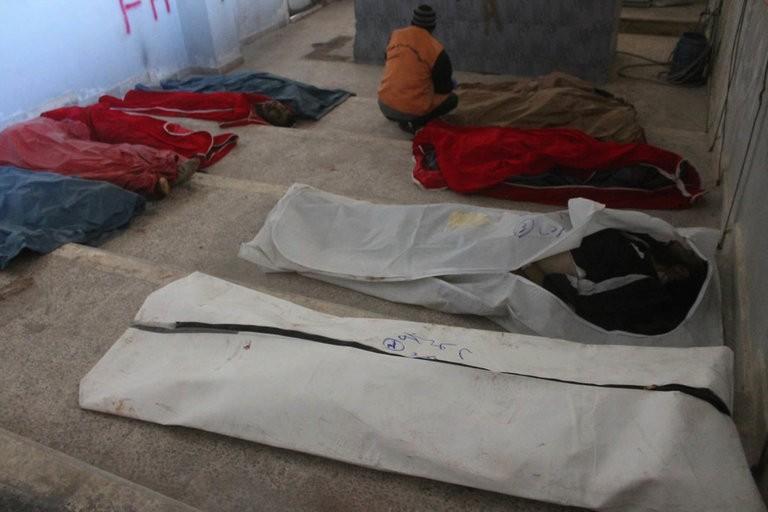 Thi thể người chết do nhà sập vì trúng không kích ở đông Aleppo (Syria) ngày 6-12. Ảnh: AP