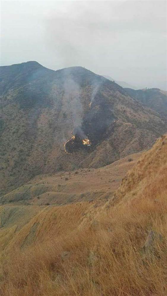Xác máy bay cháy trên sườn núi.