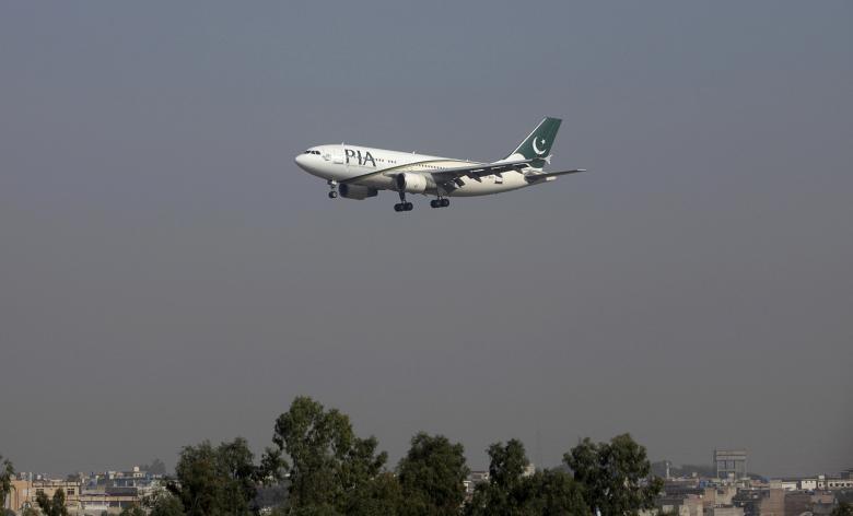 Một máy bay chở khách của hãng PIA chuẩn bị hạ cánh xuống sân bay quốc tế Benazir ở thủ đô Islamabad (Pakistan). Ảnh: REUTERS