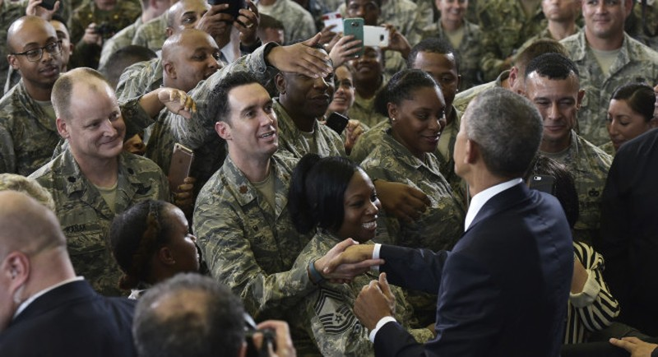 Tổng thống Obama bắt tay các binh sĩ tại căn cứ không quân MacDill ở Tampa (Florida) ngày 6-12.