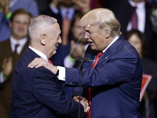 Tổng thống đắc cử Donald Trump (phải) và Tướng James Mattis tại Fayetteville (North Carolina) ngày 6-12.
