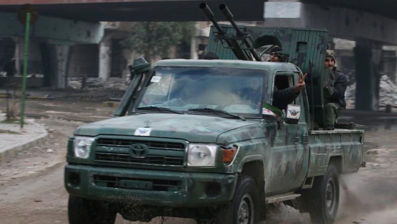 Phe nổi dậy thề sẽ tiếp tục chiến đấu dù có thất thế tại Aleppo. Ảnh: REUTER