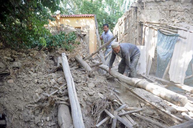 Động đất gây sập nhà ở Khu tự trị Tân Cương (Trung Quốc) năm 2015.