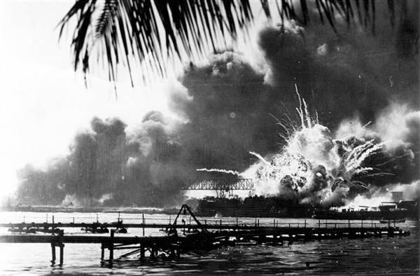 Tàu khu trục USS Shaw của Mỹ ở Trân Châu Cảng phát nổ vì trúng bom từ máy bay Nhật ném xuống ngày 7-12-1941. Ảnh: GETTY IMAGES