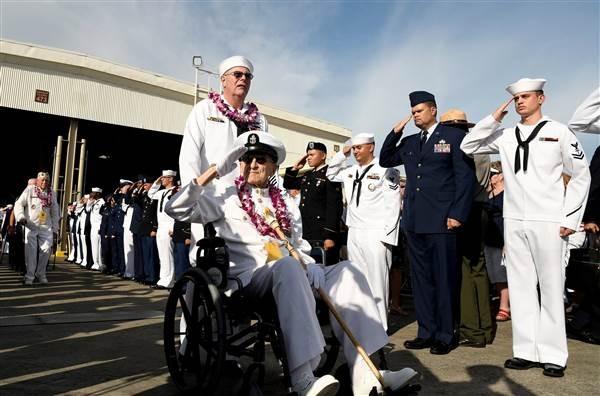 Ông Robert Coles, người sống sót trong trận đánh Trân Châu Cảng trong buổi lễ tưởng niệm 75 năm Trân Châu Cảng bị Nhật tấn công, tại Hawaii (Mỹ) ngày 7-12-2016. Ảnh: REUTERS
