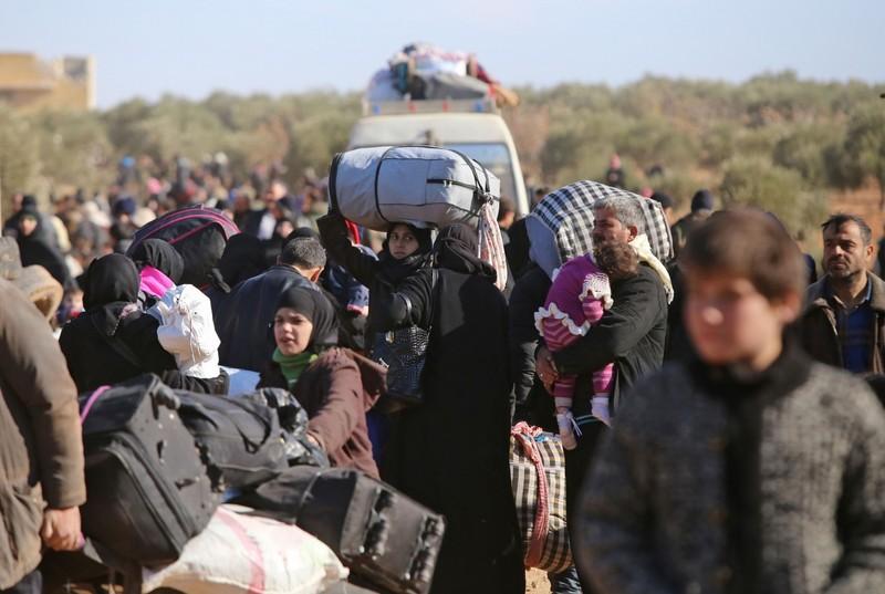 Người dân tập trung tại một điểm kiểm soát của phe chính phủ, chờ sơ tán khỏi đông Aleppo ngày 8-12.