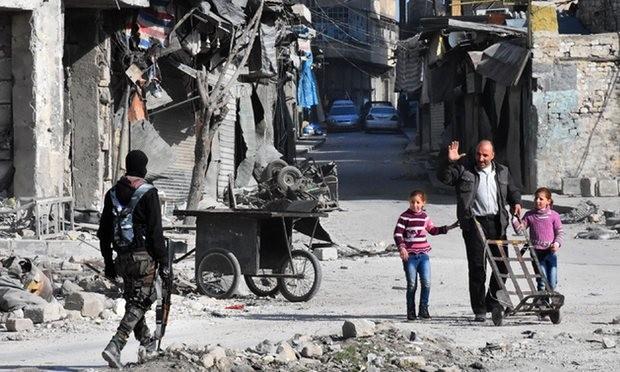Quân chính phủ tuần tra đường phố Old City vừa mới chiếm từ phe nổi dậy ở Aleppo.