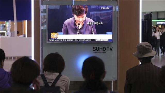 Bà Park xin lỗi người dân ngày 25-10. Ảnh: AP