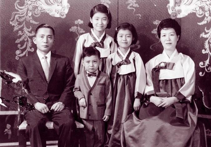 Bà Park, đứng sau cùng cùng với cha mẹ và hai em. Ảnh: REUTERS