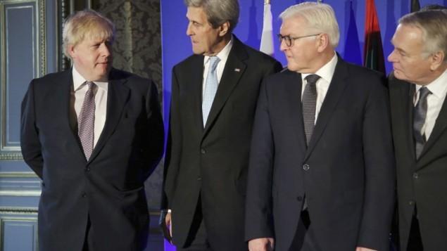 Từ trái qua: Ngoại trưởng Anh Boris Johnson, Ngoại trưởng Mỹ John Kerry, Ngoại trưởng Đức Frank-Walter Steinmeier, và Ngoại trưởng Pháp Jean Marc Ayrault trước cuộc gặp tại Paris ngày 10-12 về Syria.