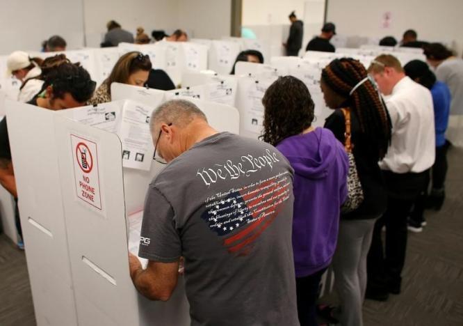Cử tri bỏ phiếu bầu tổng thống ở San Diego, California ngày 7-11. Ảnh: REUTERS