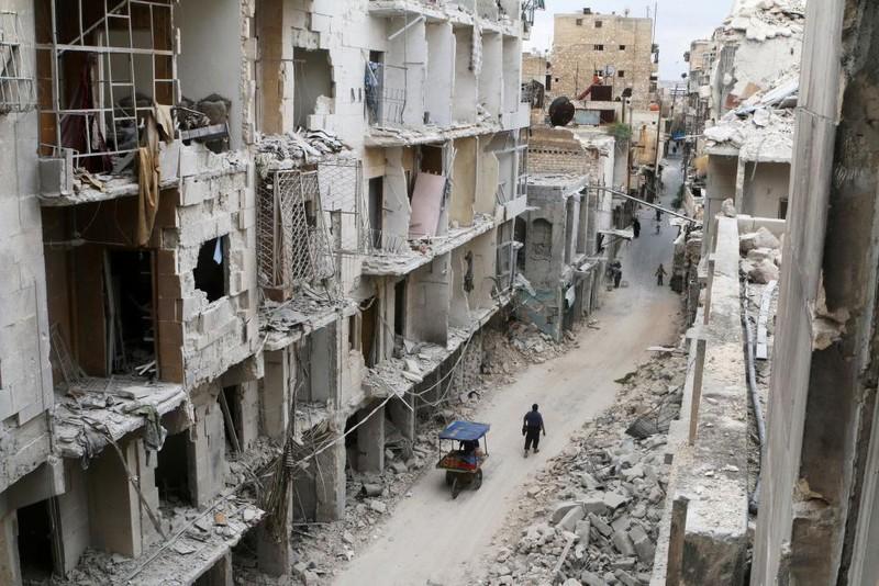 gười dân bên cạnh những căn nhà đổ nát vì chiến tranh ở Old City (Aleppo) ngày 5-5.