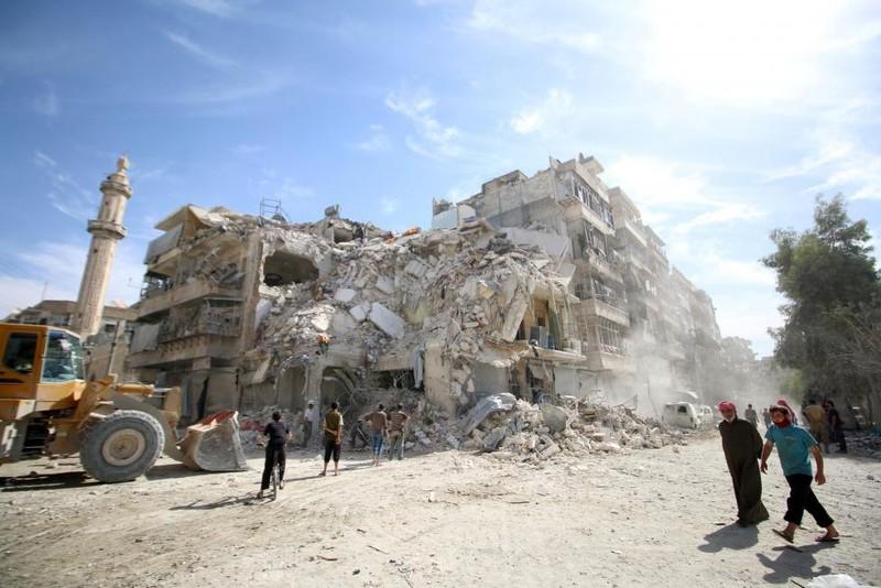 Người dân tại một khu vực đổ nát ở quận al-Qaterrji (Aleppo) ngày 17-10.