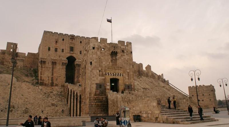 Du khách bên ngoài khu vực tháp cổ của Aleppo ngày 11-12-2009.