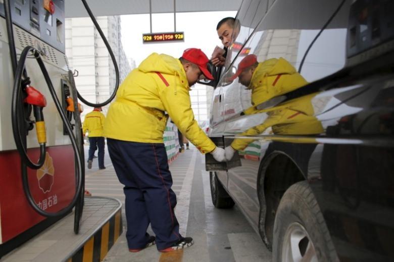 Một cây xăng tại Bắc Kinh (Trung Quốc). Giá dầu đang trên đà tăng. Ảnh: REUTERS