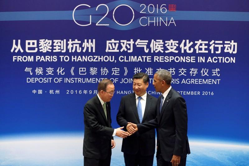 Từ trái sang: Tổng Thư ký LHQ Ban Ki-moon, Chủ tịch Trung Quốc Tập Cận Bình, Tổng thống Mỹ Barack Obama tại lễ trao các văn kiện Hiệp định Paris ngày 3-9 tại Trung Quốc. Ảnh: REUTERS