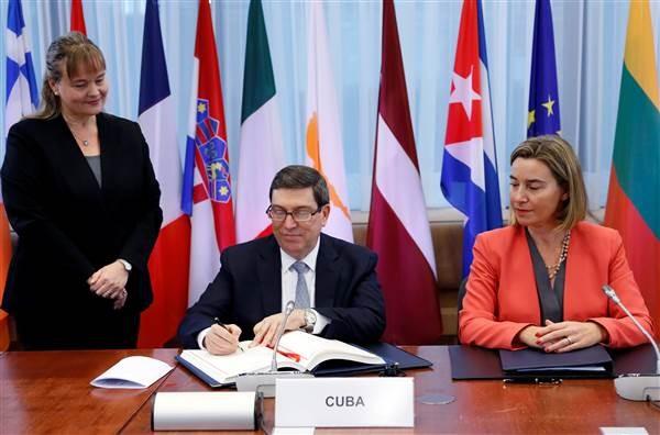 Bộ trưởng Ngoại giao Cuba Bruno Rodrigues và Cao ủy Chính sách Đối ngoại EU Federica Mogherini tại lễ ký ở Brussels (Bỉ) ngày 12-12. Ảnh: REUTERS