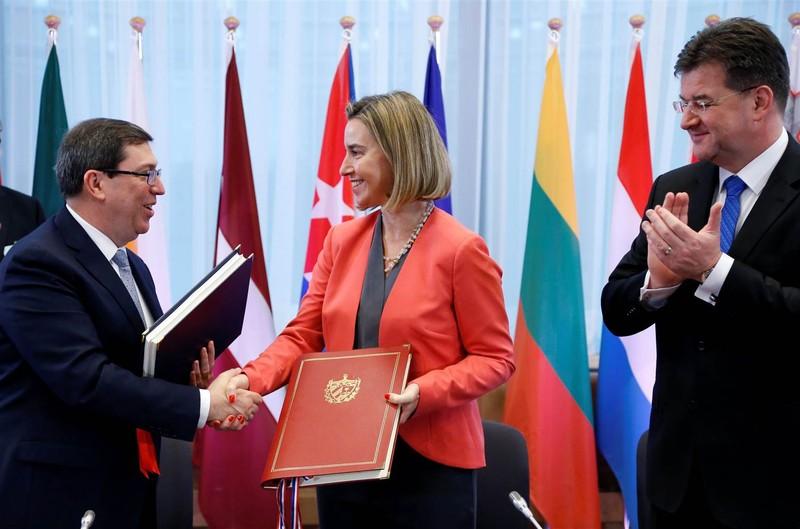 Bộ trưởng Ngoại giao Cuba Bruno Rodrigues và Cao ủy Chính sách Đối ngoại EU Federica Mogherini, Ngoại trưởng Slovakia Miroslav Lajcak tại lễ ký ở Brussels (Bỉ) ngày 12-12. Ảnh: REUTERS