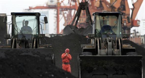 Công nhân TP Đan Đông, tỉnh Liêu Ninh (Trung Quốc) bốc dỡ than nhập khẩu từ Triều Tiên. Ảnh: HANKYOREH